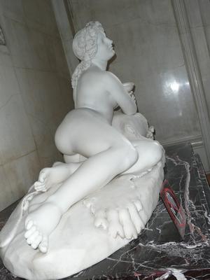 Красивая скульптура обнаженной женщины